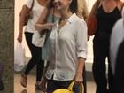 Sorridente, Sthefany Brito faz compras no Rio