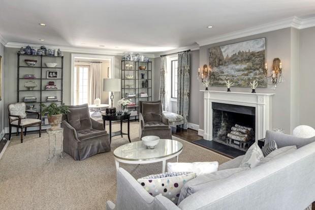 A sala de estar evidencia os tons neutros da decoração (Foto: Reprodução)