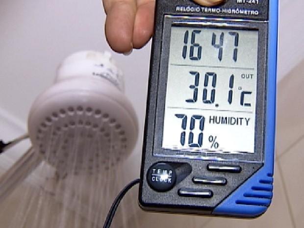 Durante o banho, umidade do ar pode chegar a 70% no banheiro (Foto: Reprodução/TV Tem)