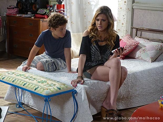 Pedro ajuda Frédéric a convencer a irmã a trabalhar sozinha (Foto: Malhação / TV Globo)