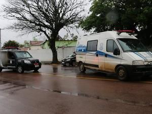 Graciele deixa a delegacia de Guaíba sob forte esquema de segurança (Foto: Daniel Favero / G1)
