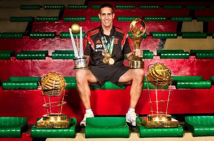 Ainda sem a taça do NBB 7, José Neto posa ao lado de todos os outros troféus conquistados pelo Flamengo  (Foto: Arquivo pessoal)