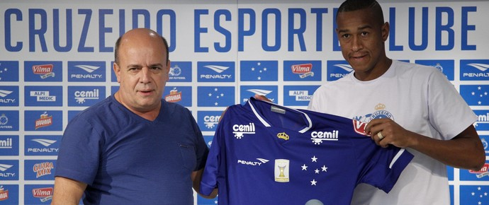 Valdir Barbosa, gerente de futebol, e Fabrício, novo lateral do Cruzeiro (Foto: Washington Alves / Light Press / Cruzeiro)