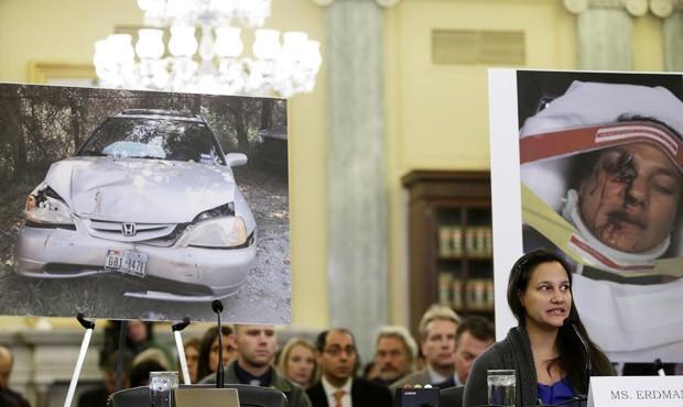 Stephanie Erdman, da Força Aérea americana, testemunha em comissão do Senado que investiga o caso; ela ela teve lesão no olho após falha na abertura do airbag de um Honda Civic 2000 (Foto: Gary Cameron/Reuters)