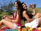 Bailarinas sensualizam em piquenique tropical recheado de frutas para o verão