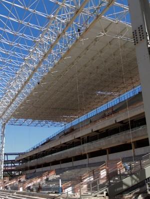 nstalação do telhado metálico está praticamente finalizada no Setor Norte da Arena Pantanal (Foto: Márcio Trevisan/Mendes Júnior)
