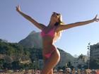Candice Swanepoel mostra o corpão em praia carioca: 'Rio continua lindo'