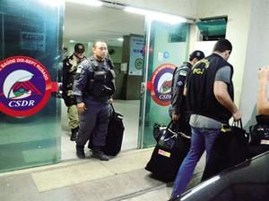 PMs e promotores apreenderam documentos na Casa de Saúde, em Mossoró (Foto: Wilson Moreno/Gazeta do Oeste)