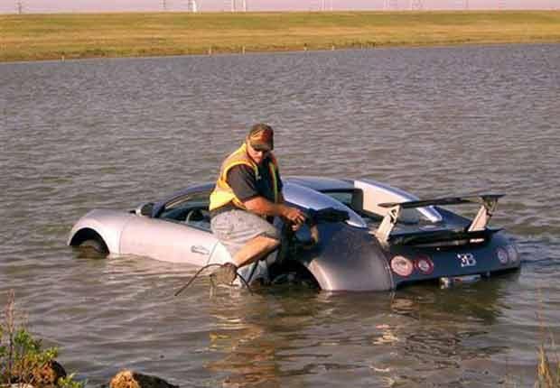 Em 2011, o norte-americano Andy House foi acusado de ter jogado propositadamente um Bugatti Veyron dentro de uma lagoa na cidade de La Marque, no estado do Texas (EUA), com o objetivo de receber uma apólice de seguro.  O incidente ocorreu em 2009. Na época, ele disse que se distraiu com um pelicano e perdeu o controle do carro. No entanto um vídeo mostra ele dirigindo propositadamente em direção à lagoa de água salgada para receber uma apólice de mais de US$ 2 milhões. (Foto: AP)