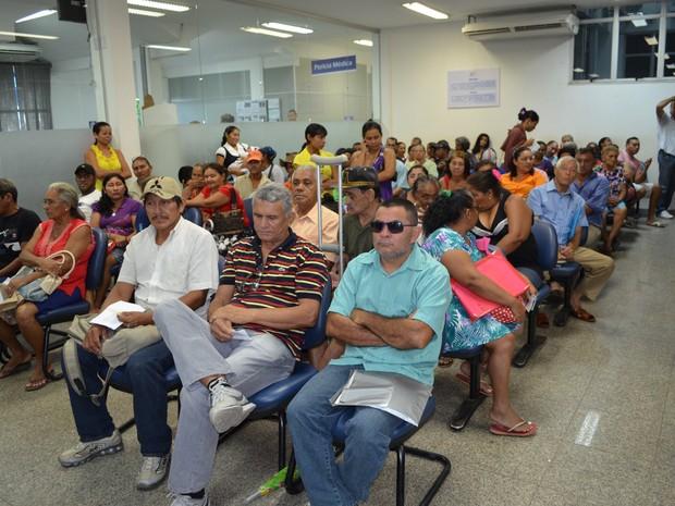 Após reagendamento, beneficiários do INSS aguardam atendimento em Boa Vista (Foto: Rodrigo Menaros / G1 RR)