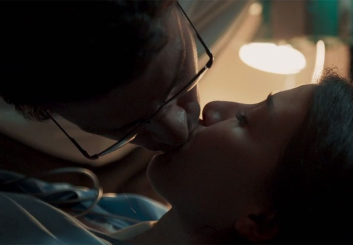 Maurício beija Beatriz antes de injetar soro (Foto: TV Globo)