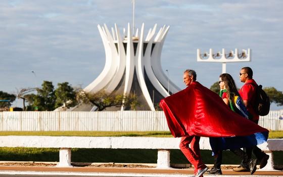 Manifestantes começam a chegar na Esplanada dos Ministérios em Brasília (Foto: Sérgio Lima/ÉPOCA)
