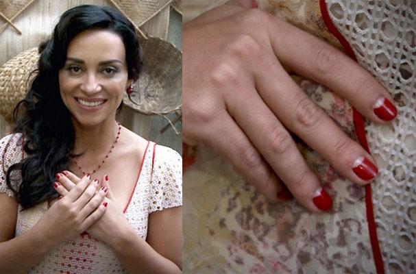 Suzana Pires, que na novela encena Gloria, exibe unhas retrô meia-lua em esmalte vermelho (claro) (Foto: Reprodução)