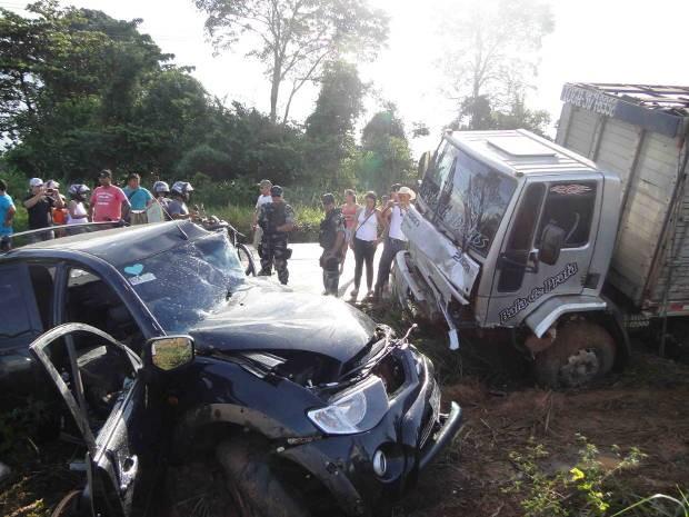 Caminhão e carreta se chocam na PA-415 no Pará (Foto: Glaydson Castro / G1)