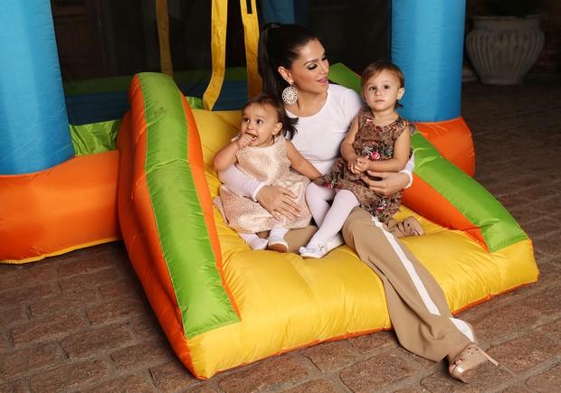 Natália Guimarães posa com as filhas (Foto: Iwi Onodera / EGO)