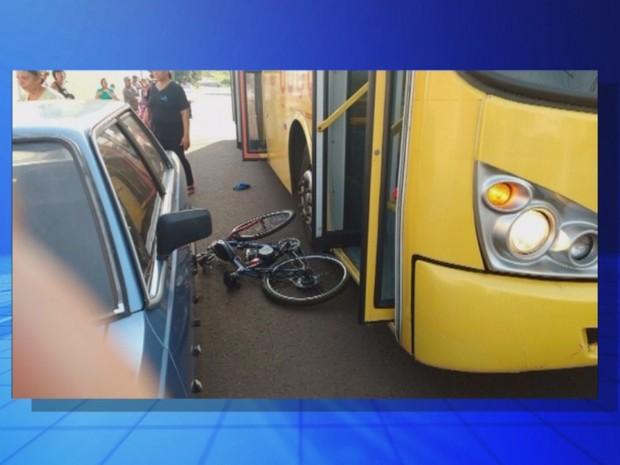 Bicicleta da vítima ficou jogada no chão (Foto: Reprodução / TV TEM)