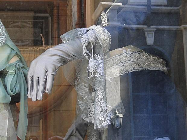 Nas vitrines da rua do Ouvidor, os manequins exibem vários modelos de luvas (Foto: Lado a Lado / TV Globo)