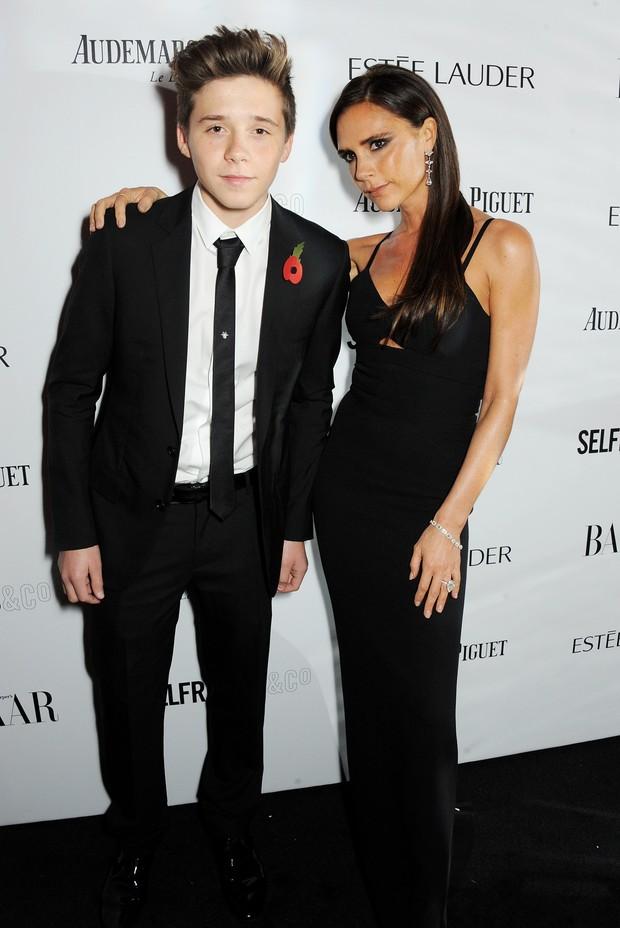 Victoria Beckham com o filho Brooklyn Beckham em evento em Londres, na Inglaterra (Foto: David M. Benett/ Getty Images)