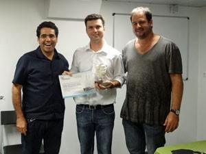 Vencedor recebendo premio de representante do Greenpece e Porto Digital (Foto: Katherine Coutinho/G1 PE)