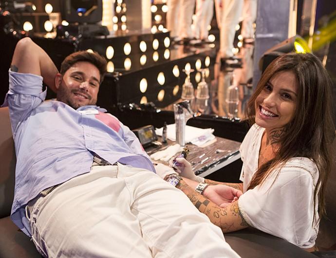 Rafael é tatuado pela prima da namorada durante o programa 'Amor & Sexo' (Foto: Felipe Monteiro/Gshow)