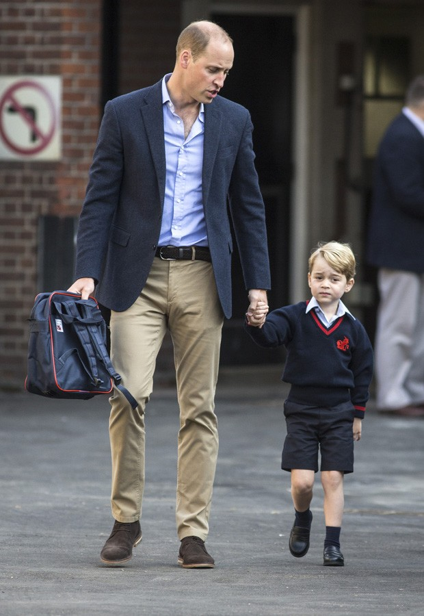 LONDON, ENGLAND - SEPTEMBER 7: Prince George of Cambridge arrives for his first day of school with his father Prince William, Duke of Cambridge at Thomas's Battersea on September 7, 2017 in London, England. (Photo by Richard Pohle - WPA Pool/Getty Images) (Foto: Getty Images)