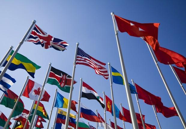 Bandeiras de vários países ; estudar no exterior ; trabalhar no exterior ; carreira internacional ; MBA ;  (Foto: Pexels)