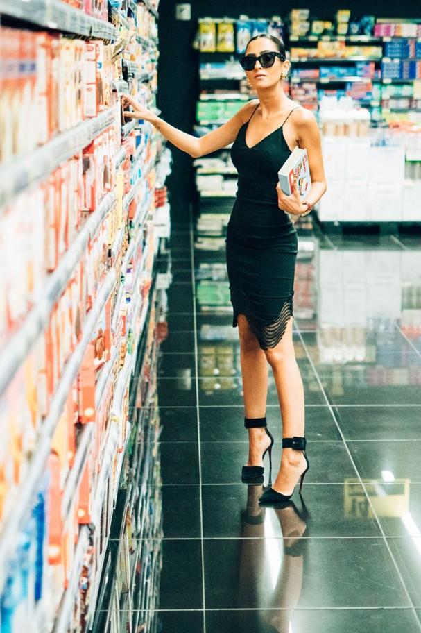 Frances Monfrinatti usa vestido, R$399, Pop Up Store para  Opte+ (Foto: Divulgação)