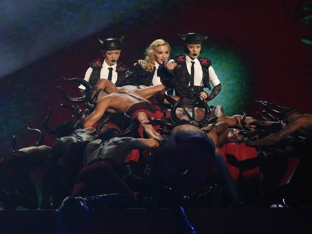 Madonna se apresenta durante a cerimônia do Brit Awards 2015 na 02 Arena, em Londres, na noite de quarta-feira (25) (Foto: Joel Ryan/Invision/AP)