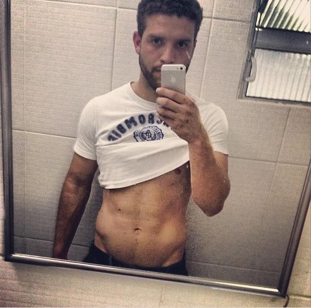 Momento #selfie, exibindo o tanquinho (podem suspirar, meninas) (Foto: Reprodução/Instagram)