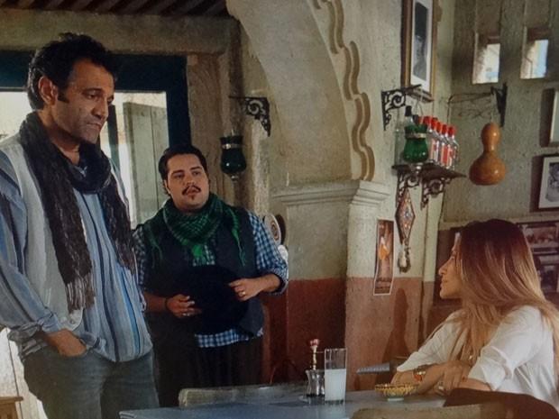 Bianca esbarra em Zyah mais uma vez e joga charme (Foto: Salve Jorge/ TV Globo)