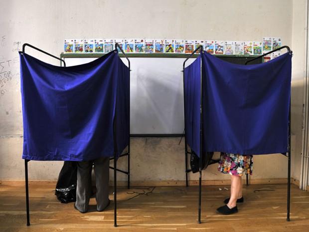 Gregos votam na Grécia, neste domingo (17) (Foto: AP)