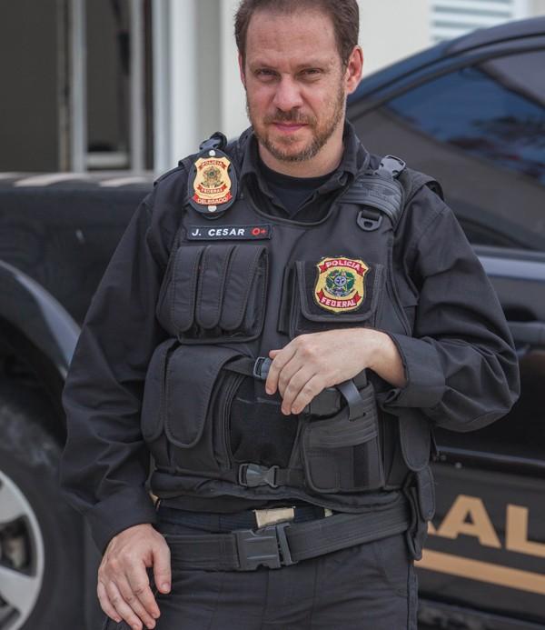 Bruce na pele do policial  (Foto: Divulgação)
