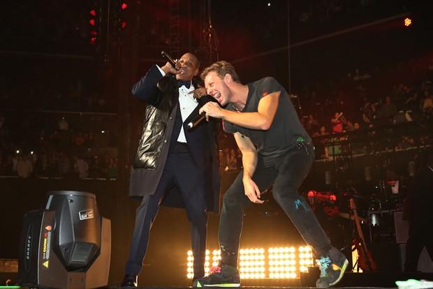 Jay-Z e Chris Martin se apresentam em festa de réveillon em Nova York, nos Estados Unidos (Foto: Johnny Nunez/ Getty Images/ Agência)