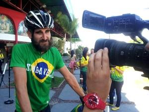 Ciclista inglês Andy Smith percorre 8 mil km para ver estreia da Inglaterra em Manaus (Foto: João Paulo Maia)