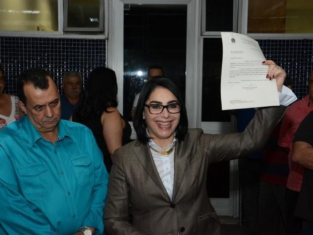 Márcia Rosa exibe documento após conseguir recurso no TRE-SP (Foto: Divulgação/Aderbau Gama)