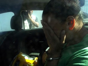 Mãe acusada de atirar nas filhas gêmeas chegando para o julgamento.  (Foto: Heitor Moreira / G1)