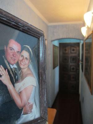 Eduardo e Ieda Martins em foto dentro do apartamento do casal; foi dentro do imóvel que o publicitário afirmou ter brigado com o zelador Jezi de Souza, que morreu em seguida (Foto: Kleber Tomaz / G1)