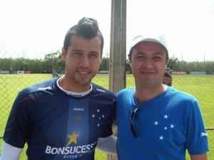 Dárcio Gondim o Bola Murcha de Itapecerica com o goleiro do Cruzeiro Fábio (Foto: Dárcio Gondim/ Arquivo Pessoal)