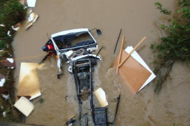 Caminhão caiu na tarde de quarta-feira (Foto: Corpo de Bombeiros/Divulgação)