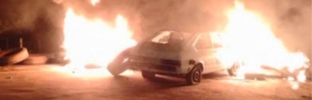 Moradores incendeiam pneus e até carro durante protesto em Campo do Meio (Foto: Reprodução EPTV)