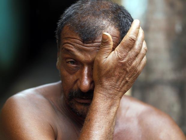 Homem mantinha R$ 2.700 mil em sacola que se perdeu com a chuva. (Foto: Carlos Nogueira / Jornal A Tribuna)