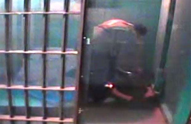 Na cela, Kenneth parecia acariciar e dizer palavras carinhosas ao mictório (Foto: Reprodução)