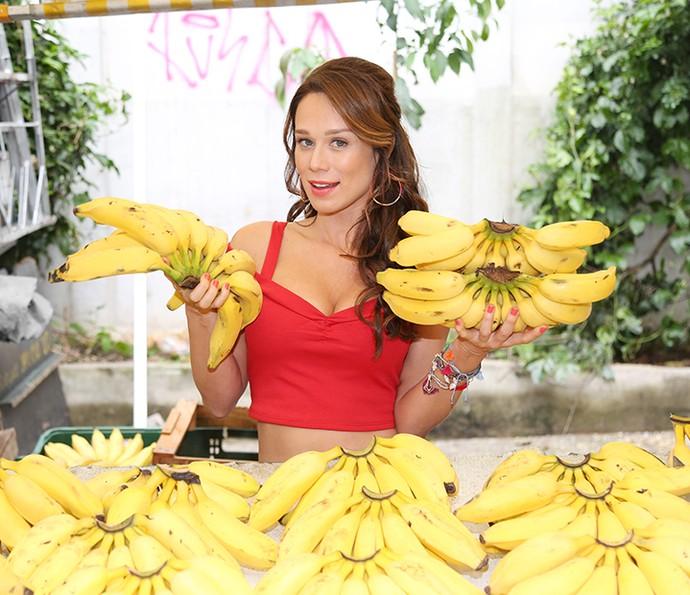 A atriz que irá vender muitas frutas na banca de feira da família parece já sentir a dona da banca (Foto: Carol Caminha/Gshow)