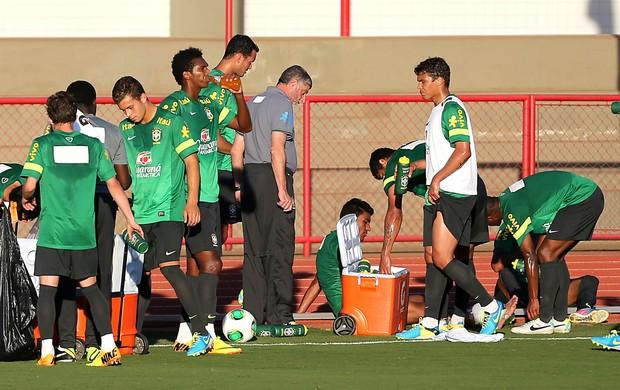Paulinho, sai machucado do treino da seleção (Foto: Jefferson Bernardes / Vipcomm)