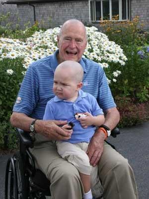 Imagem divulgada pelo escritório de Bush mostra o ex-presidente George W. Bush com Patrick (Foto: Escritório de George Bush/ AFP)
