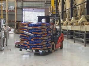 Fábrica produz 300 toneladas de ração por dia  (Foto: Reprodução / TV TEM)