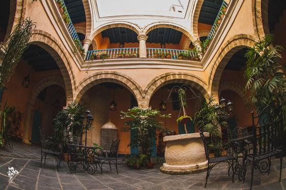 Pátio interno do Hotel Marques de Prado Ameno, em Havana, construído na casa onde Manzano cresceu e viveu, em Havana Velha (Foto: Claudia Regina)