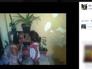 Vizinho postou imagem de Micaela com a madrasta suspeita do homicídio (Foto: Reprodução / Facebook)