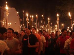 Homens percorrem as ruas de Oeiras com lamparinas (Foto: Gilcilene Araújo/G1)