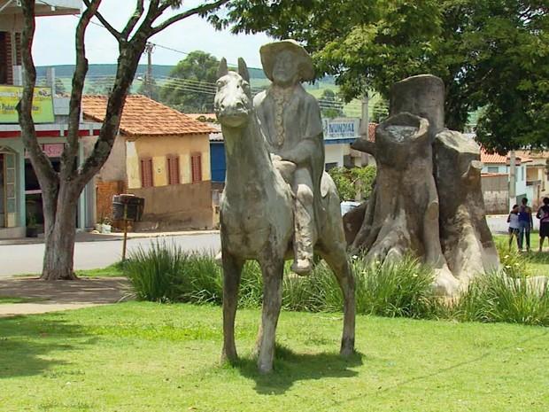 Ste Orelhas foi imortalizado em estátua no Centro de São Bento Abade, MG (Foto: Reprodução/ EPTV)